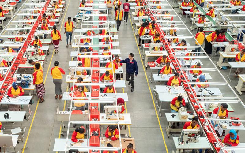 Lin Qi. / Trabajadores de una fábrica de calzado de propiedad china en Addis Abeba (Etiopía).