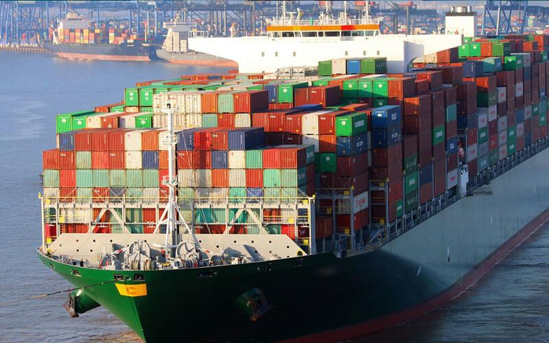 OMI. / Barco contenedor descargando en un puerto.