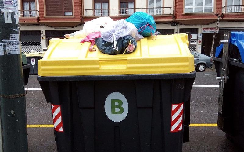 Contenedor de residuos urbanos desbordado. Foto: RESIDUOS PROFESIONAL