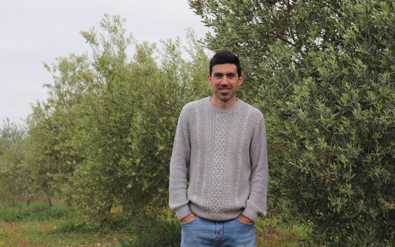 El investigador Manuel González en el olivar. / Fundación Descubre
