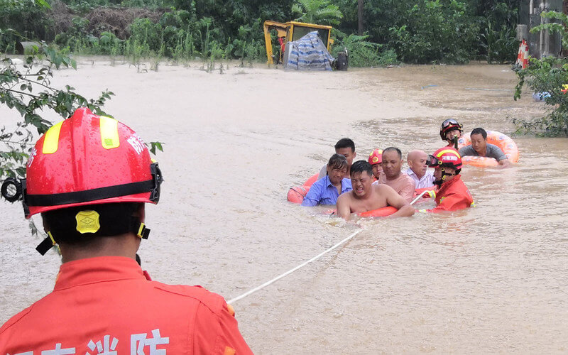 China Fire and Rescue. / Equipos de salvamento rescatan a unos vecinos de la localidad chiba de Xingyang.
