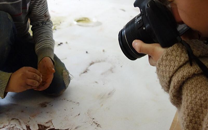 Uno de los estudiantes documentando en un aula. / Fundación Descubre
